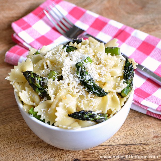 This Farfalle with Roasted Asparagus, Lemon, and Parmesan is an easy and deliclious seasonal meal! | Hello Little Home