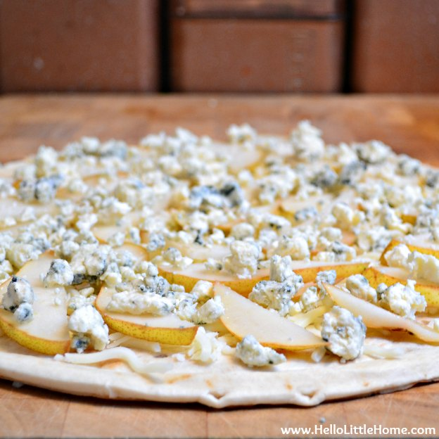 You are going to love this Gorgonzola Pear Pizza! Get this easy recipe + over 60 more vegetarian summer recipes that are perfect for any occassion! | Hello Little Home