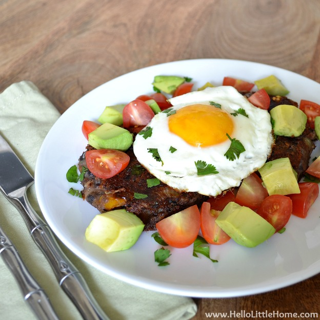 Spicy Black Bean Cakes with Egg, Avocado, and Tomato ... yum! Get this easy recipe + 100 other vegetarian fall recipes that are perfect for any occassion! | Hello Little Home