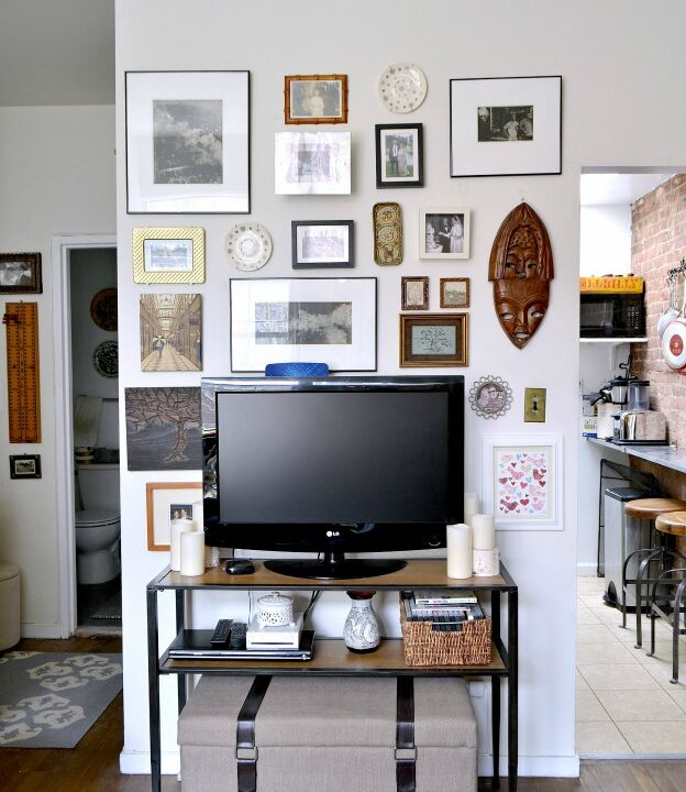 Don't miss this gallery wall revamp! Plus, get tips for creating your own gallery wall! | Hello Little Home