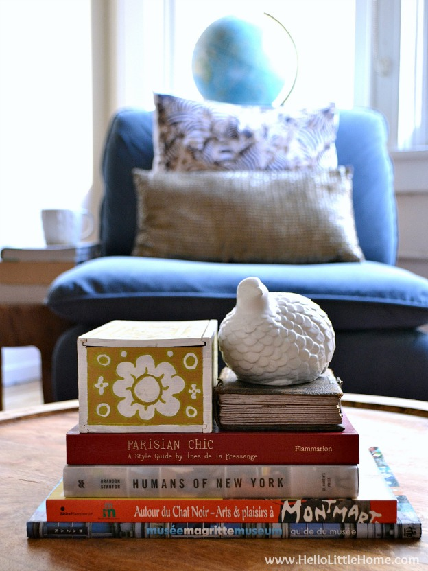 Tons of awesome tips for decorating with travel souvenirs! Bring your holiday home with you and create a beautiful home filled with reminders of your favorite vacation! | Hello Little Home