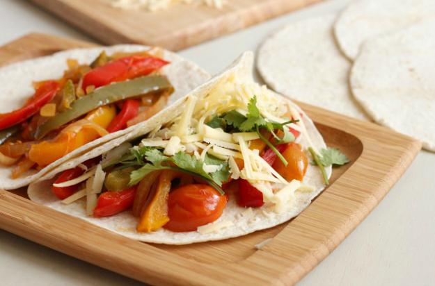 15 Vegetarian Crockpot Recipes: Slow Cooker Veggie Fajitas | Hello Little Home #Mexican