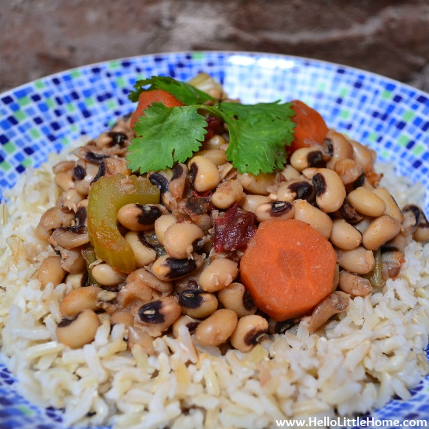 15 Vegetarian Crockpot Recipes: Spicy Black-Eyed Peas | Hello Little Home #NewYear