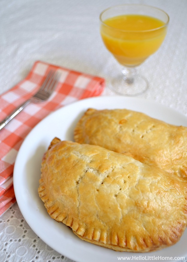 Vegetarian Sausage and Egg Hand Pies ... yum! Get this easy recipe + 100 other vegetarian fall recipes that are perfect for any occassion! | Hello Little Home