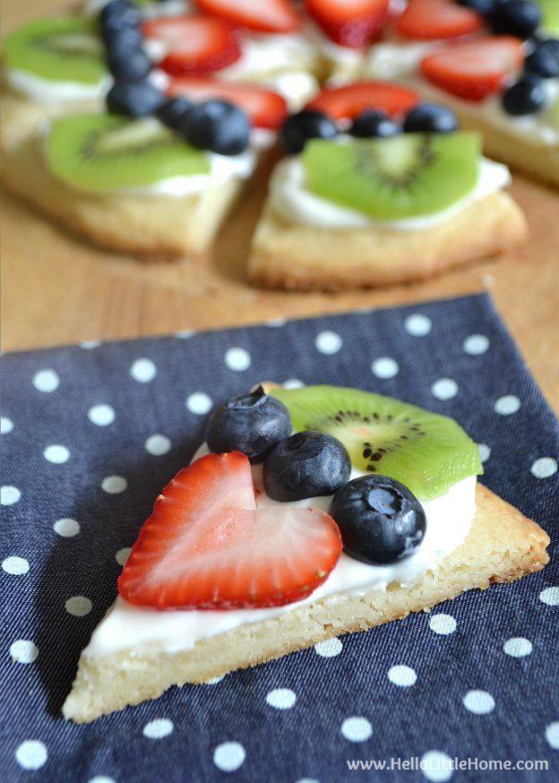 These Mini Fruit Pizza Cookies are super delicious + awesomely cute! | Hello Little Home