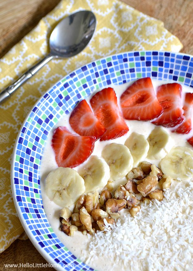 You are going to love this Easy Smoothie Bowl recipe ... it's simple to make with Greek yogurt and so delicious! Make a delicious vegetarian breakfast! | Hello Little Home #breakfast #breakfastrecipe #smoothie #smoothiebowl #vegetarian #vegetarianrecipes