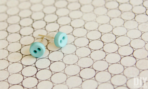 20+ DIY Jewelry Tutorials: Button Earrings from The DIY Dreamer | Hello Little Home