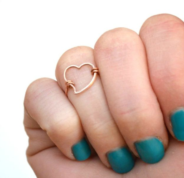 20+ DIY Jewelry Tutorials: Heart Midi Ring from One Artsy Mama | Hello Little Home