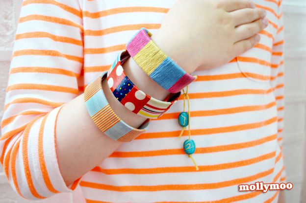 20+ DIY Jewelry Tutorials: Popsicle Stick Bracelets from Molly Moo | Hello Little Home