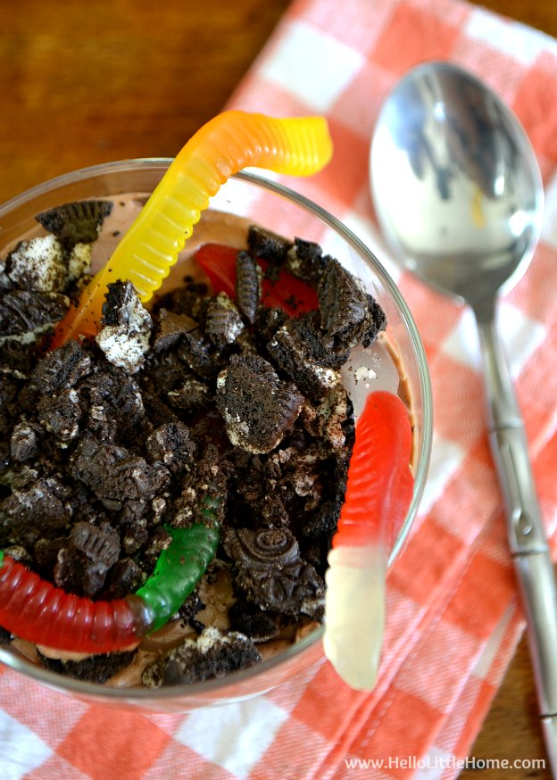 Searching for spooky Halloween treats? This Dirt Chocolate Cheesecake Parfait is scary delicious! | Hello Little Home #SpookySnacks