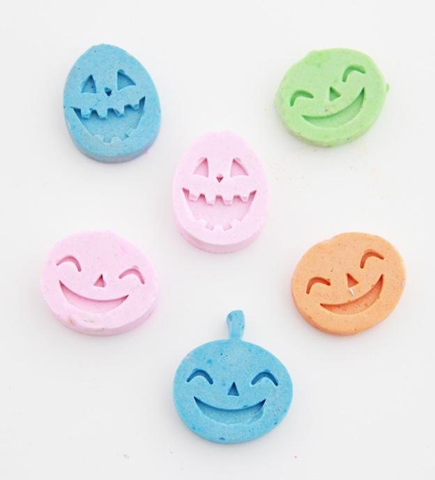DIY Halloween Craft Ideas: Pumpkin Chalk from A Bubbly Life | Hello Little Home