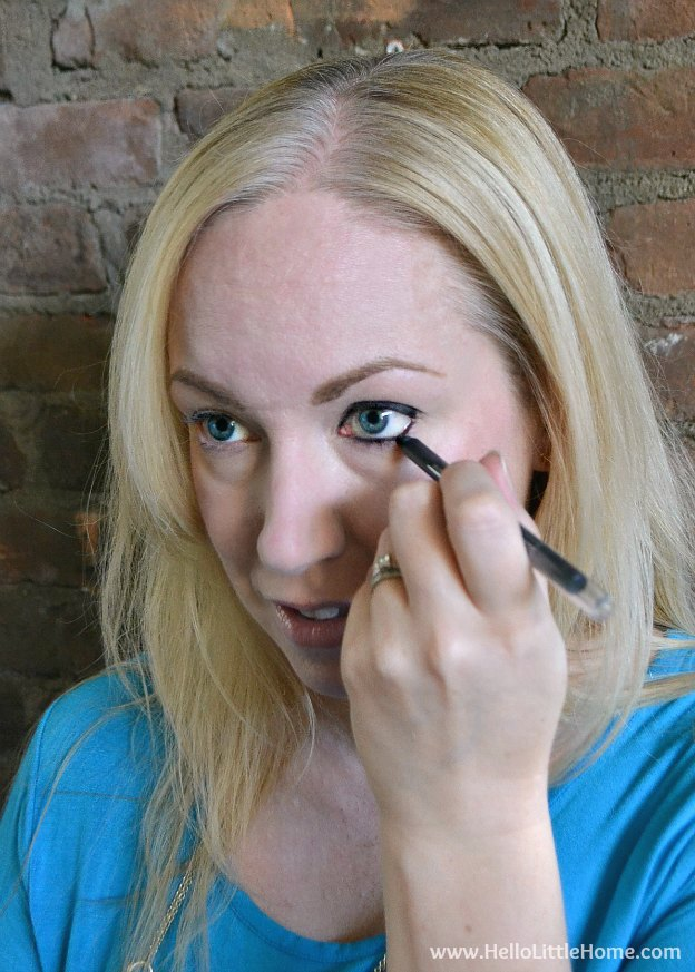 Follow this easy Smokey Eye Tutorial for a look that's great for date night and perfect for beginners! | Hello Little Home #FalsiesPushUpDrama