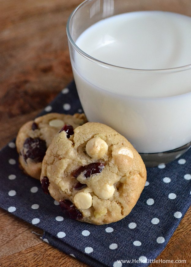 Chewy White Chocolate Cranberry Cookies ... Get this easy recipe + 100 other vegetarian winter recipes that are perfect for any occassion! | Hello Little Home