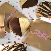 These Chocolate Dipped Shortbread Hearts are the perfect Valentine's Day recipe! | Hello Little Home