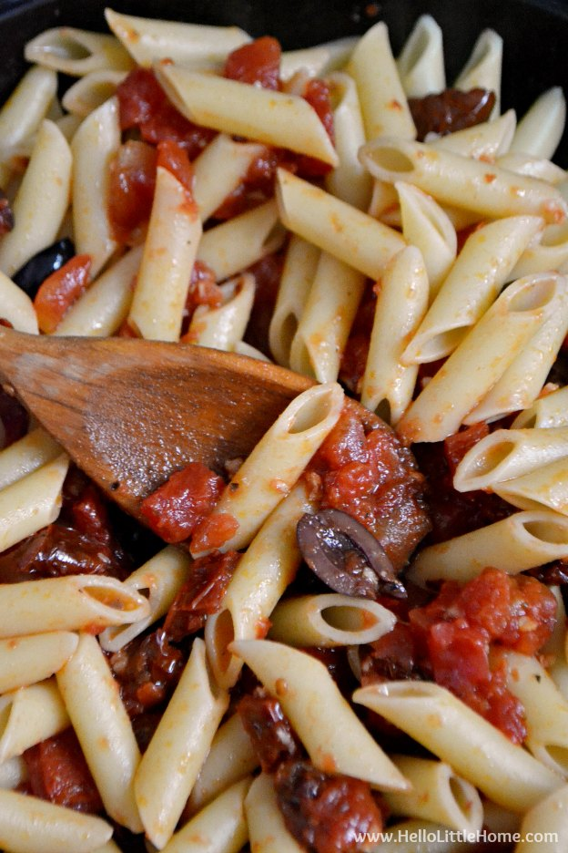 This Easy Pasta Sauce takes minutes to make ... never buy the jarred stuff again! | Hello Little Home