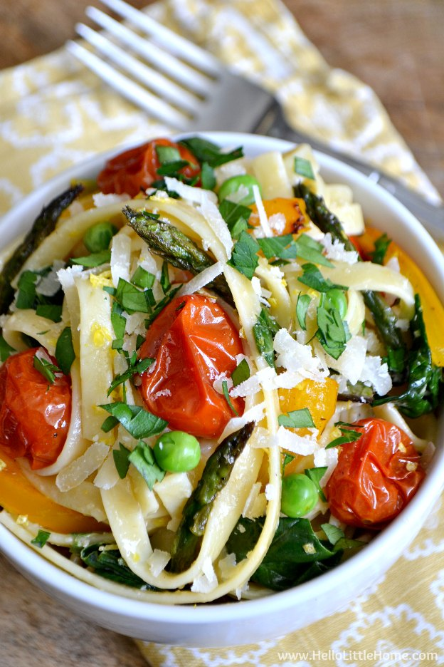Lemony Pasta Primavera with Roasted Vegetables ... an amazing vegetarian pasta recipe that's sure to please everyone at the table! | Hello Little Home