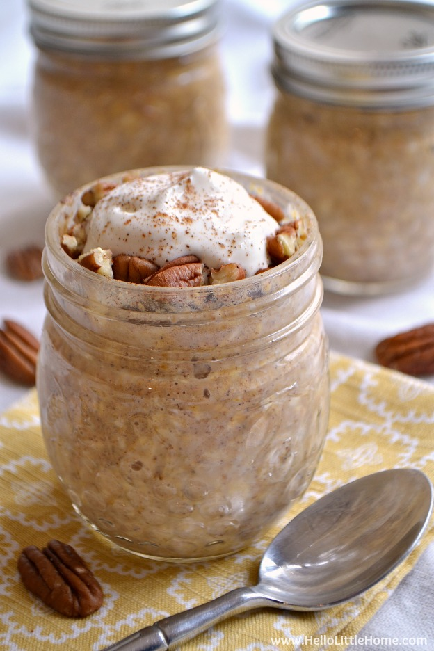 Pumpkin Pie Overnight Oats ... an easy breakfast recipe that has all the flavors of your favorite Thanksgiving dessert! Perfect for busy mornings! | Hello Little Home