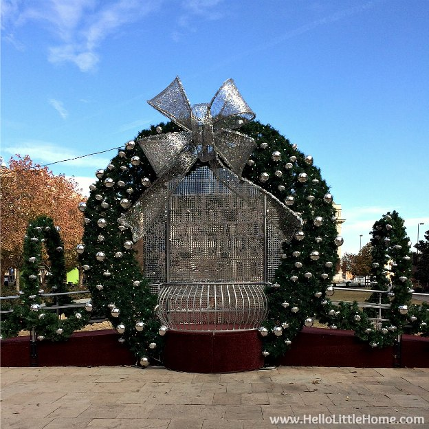 Dallas Holiday Tour 2016 ... come tour the Christmas lights and sights in Downtown Dallas with me! Main Street Garden | Hello Little Home