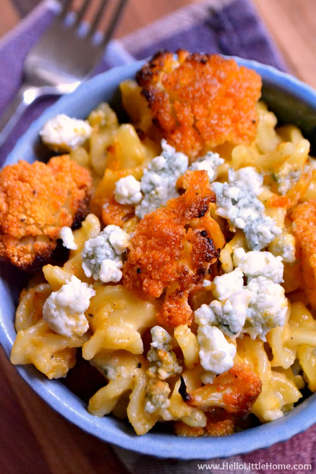 Buffalo Cauliflower Mac and Cheese ... a spicy recipe that's as perfect for a family dinner as it is for the big game! This easy vegetarian recipe features layers of spicy buffalo cauliflower, creamy macaroni and cheese, and piquant blue cheese for a tasty dish that's impossible to resist! | Hello Little Home