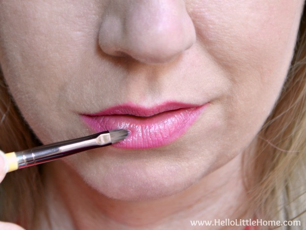 Easy date night makeup tutorial! Step by step makeup routine that's perfect for a night out, including an easy cat eye, eye shadow tips, and a multi-color lip!   Hello Little Home