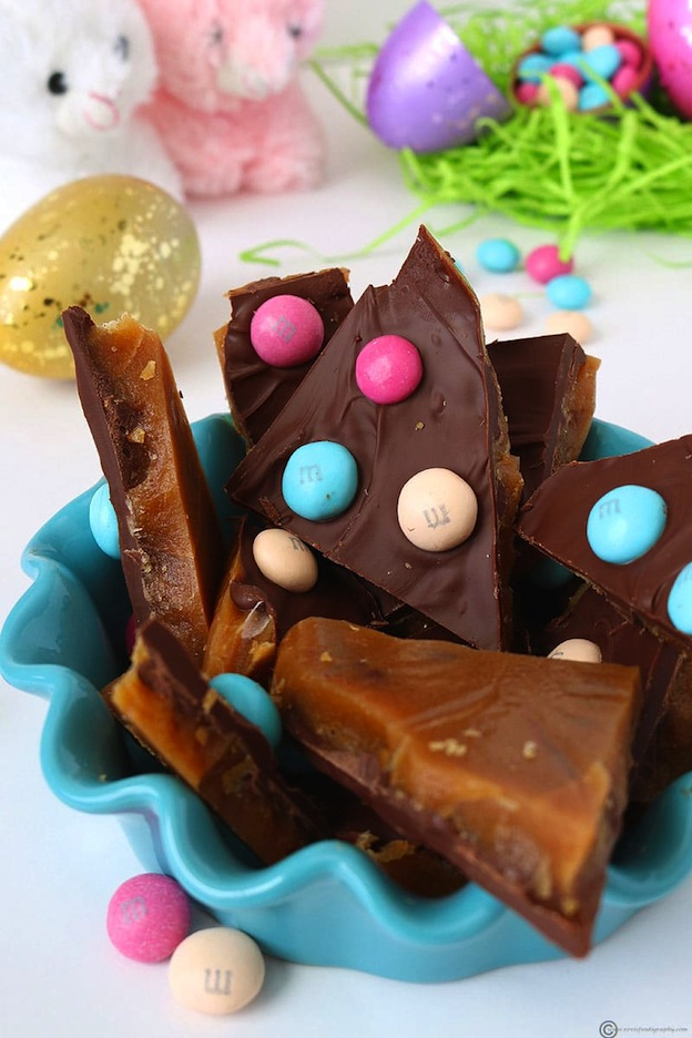 150+ Vegetarian Easter Recipes that are perfect for your holiday dinner or brunch, including this M&M's Chocolate Toffee Bark from Revi's Foodography! Find tons of vegetarian and vegan recipe ideas - from healthy appetizers to decadent desserts - that your whole family will love! Hello Little Home