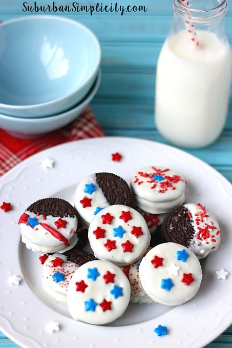 30 Amazing Red, White, and Blue Dessert Recipes, like these Patriotic Oreos from Suburban Simplicity, perfect for Fourth of July, Memorial Day, Labor Day, or any summer party! With everything from fruit salads to cheesecakes, these delicious patriotic dessert ideas run the gamut from healthy to decadent! | Hello Little Home