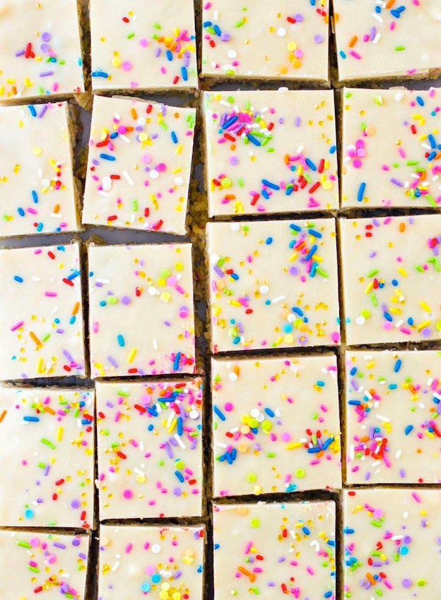 The ultimate Birthday Cake Alternatives roundup ... over 70 delicious recipes perfect for adults and for kids alike, including these Cake Batter Rice Krispie Treats from Sugar Spun Run! These fun dessert ideas range from healthy to decadent. Awesome non cake birthday ideas your whole family will love! | Hello Little Home