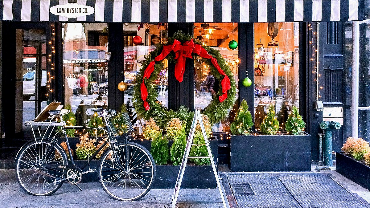 5876f24dde4 Best NYC Christmas Windows - Free Walking Tour